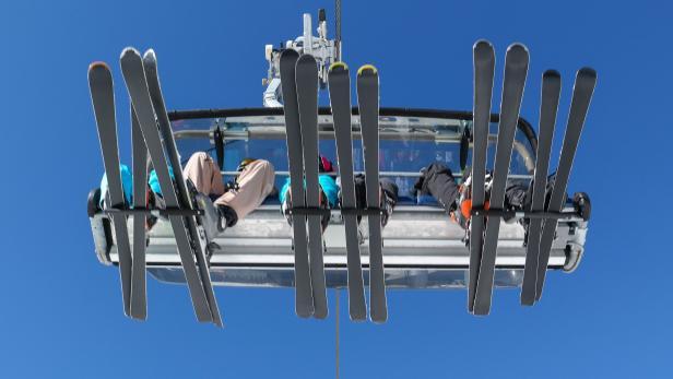 Skiërs in de lift