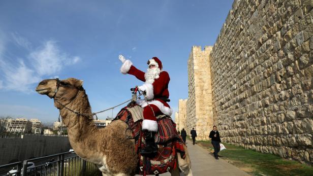 Der Santa Claus auf dem Kamel