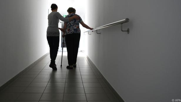 Derzeit sind rund 127.000 Menschen in der Pflege beschäftigt