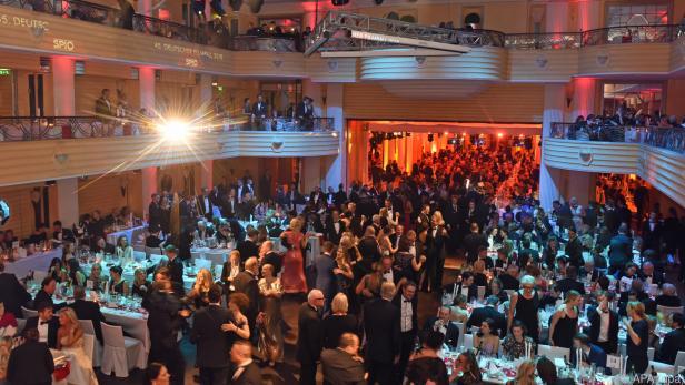 Gäste tanzen am Deutschen Filmball in München