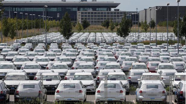 VW Neuwagen werden auf Flughafen Parkplatz abgestellt