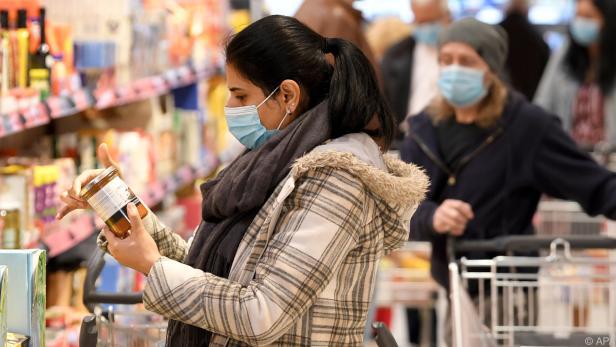 64 Prozent vermeiden im Supermarkt so gut wie möglich Kontakt mit anderen