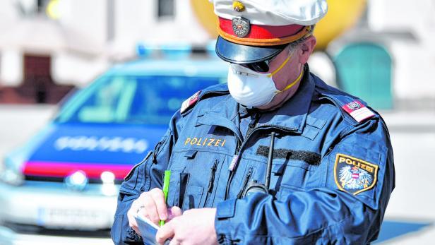 SALZBURG: CORONAVIRUS - POLIZEI MIT MUNDSCHUTZ