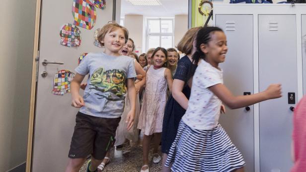 Zeugnisverteilung in der Volksschule