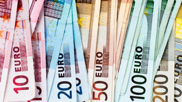 euro banknots in a row
