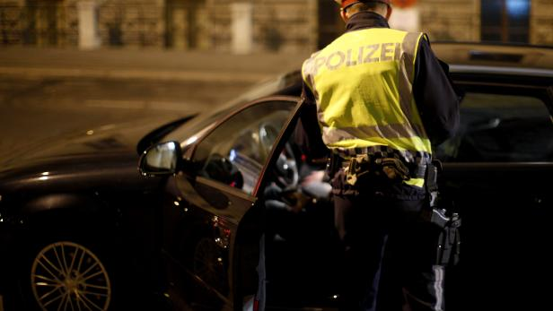 ARCHIVBILD/THEMENBILD: POLIZEIKONTROLLE / FAHRZEUGKONTROLLE / ALKOHOLTEST / OSTERN