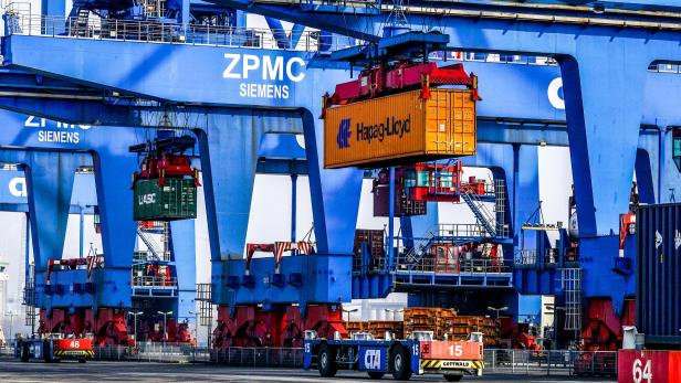 Containers transporters powered by lithium-ion batteries in Hamburg