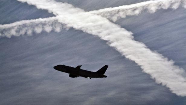 Kondensstreifen und Flugzeug am Himmel