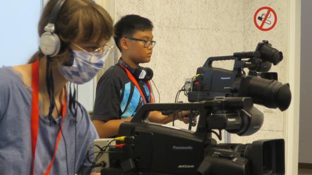 Zwei Jugendliche an den Live-Kameras