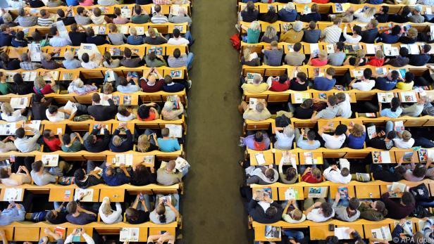 In manchen Vorlesungen darf nur ein Teil der Studenten in den Hörsaal
