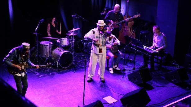 Die fünf Musiker_innen voll in Action