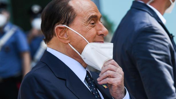 TOPSHOT-ITALY-HEALTH-VIRUS-POLITICS-BERLUSCONI