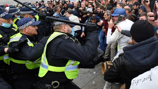 TOPSHOT-BRITAIN-HEALTH-VIRUS-PROTEST