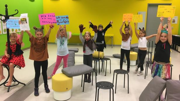 """Die Stimmen dieser Kinder aus einem Workshop zum """"Städtchen Drumherum"""" sind im Stück aus dem Off zu hören"""