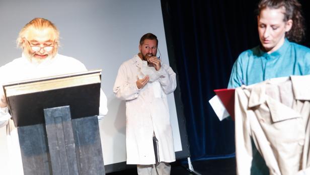 """Szenenfoto aus """"Die weiße Krankheit"""" im Theater Spielraum"""