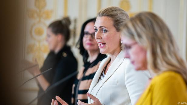 """Arbeitsministerin Aschbacher verkündet Ende der """"Hacklerregelung"""""""