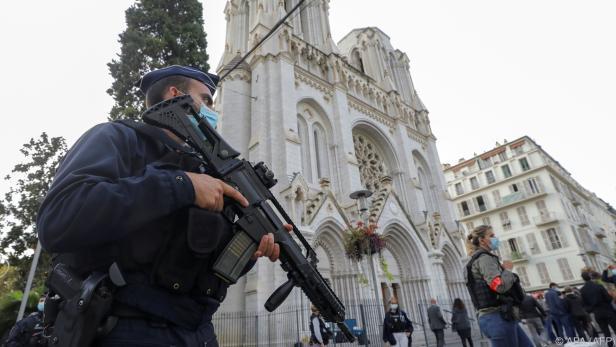 Polizeiaufgebot vor der Basilika in Nizza