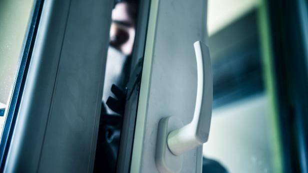 Burglar breaks into a residential building