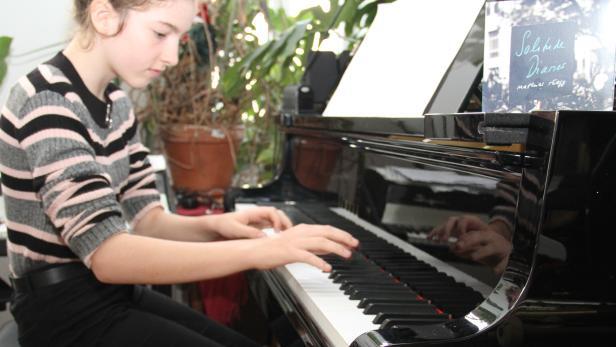 12-Jährige spielt Klavier