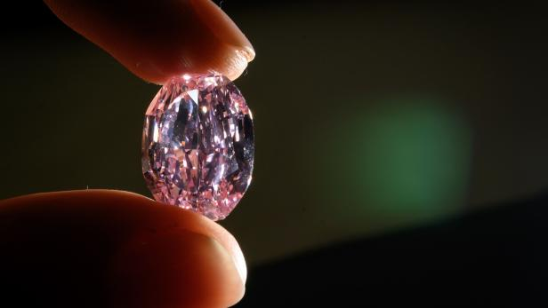 FILES-SWITZERLAND-RUSSIA-JEWELLERY-LUXURY-DIAMOND-AUCTION