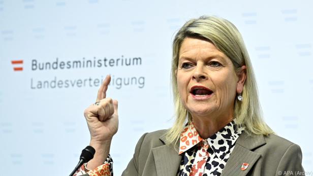 Verteidigungsministerin Tanner hakt in der Causa Eurofighter nach
