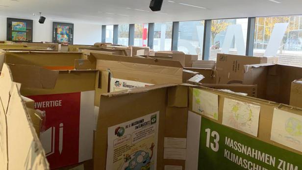 Labyrinth aus Karton, um spielerisch die Nachhaltigkeitsziele zu entdecken