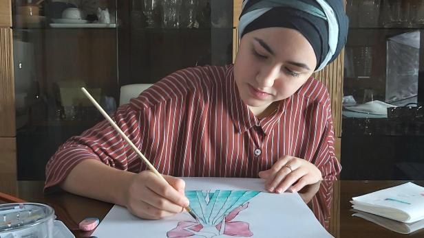 Nusaiba beim Zeichnen und Malen
