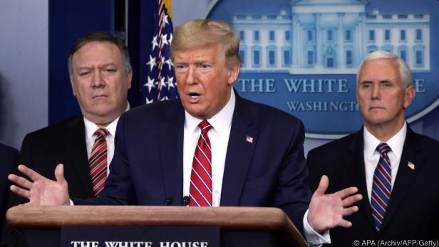 Trump mit seinen Beratern Pompeo und Pence