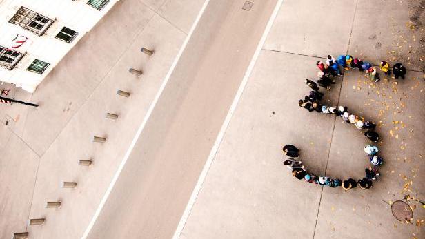 Aktion im Vorjahr: Kinder bilden einen 5er - Symbold dafür, dass jedes fünfte Kiknd in Österreich armutsgefährdet bzw. -betroffen ist