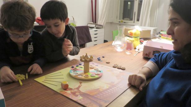 Spieleautorin spielt mit zwei Kindern, der KiKu darf zuschauen und fotografieren