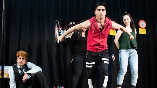 """Junge Geflüchtete spielen """"Romeo & Julia Freestyle"""" - 2016 bei eienr Aufführung im Parlament"""