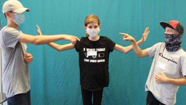 Drei Kinder mit Nasen-Mund-Schutz-Masken