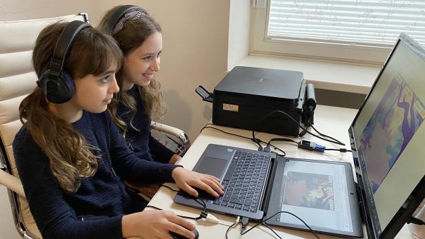 Alyssa und Maya programmierten am Computer ein Einhorn-Spiel