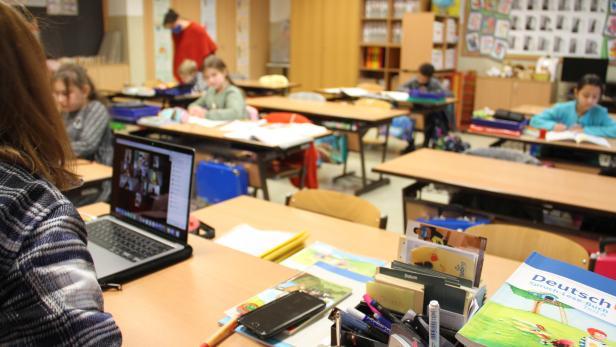 Lehrerin schupft sowohl Präsenz- als auch Distance-Learning