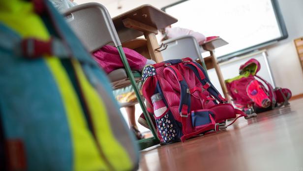 Viele Kinder tragen die Schultasche nur eine kurze Strecke