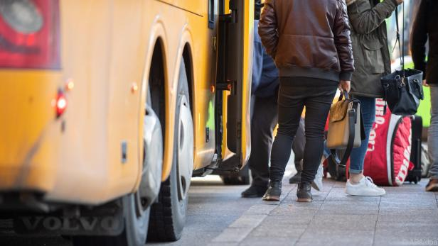 Im Bus sind die Plätze hinter der Vorderachse die beste Wahl