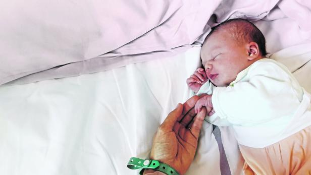 Newborn baby first days of life in delivery room.