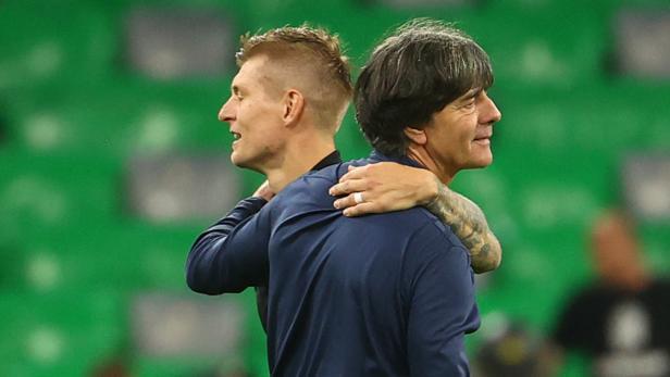 Erleichtert: Deutschland-Star Toni Kroos (l.) mit Trainer Jogi Löw