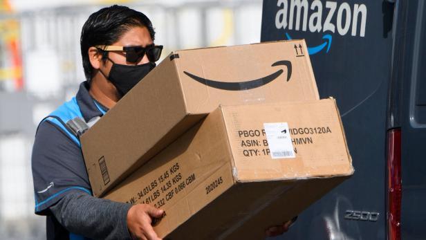 Amazon-Zusteller mit Paketen