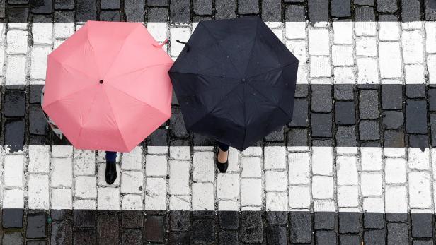 Zwei Frauen mit Regenschirmen