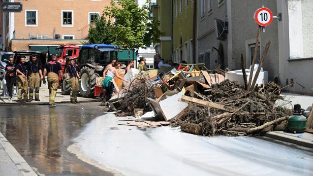 SALZBURG: AUFRÄUMUNGSARBEITEN IN HALLEIN NACH UNWETTER