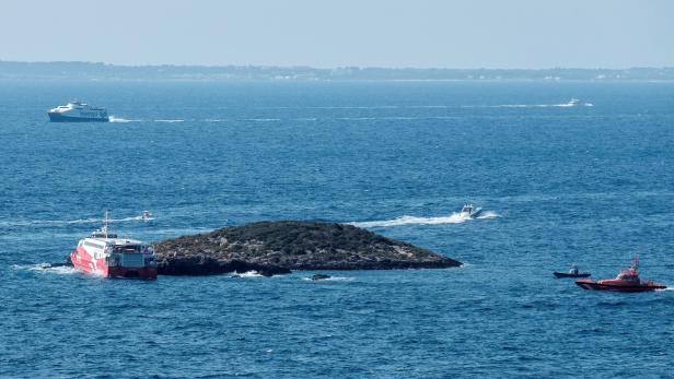 A ferry crashes into an islet in Ibiza