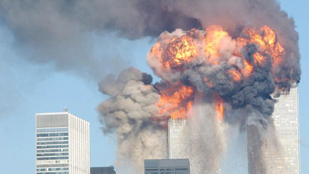 Das World Trade Center brennt und bricht zusammen