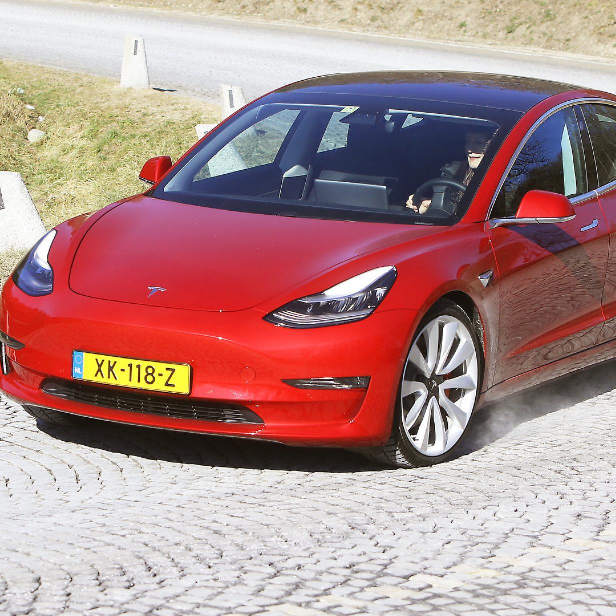 Tesla mit neuem Model 3 unter Top 5 bei den Neuzulassungen