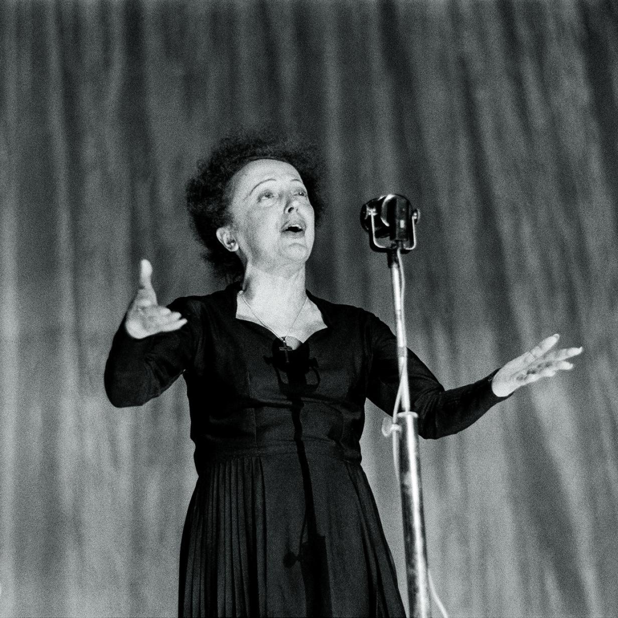 Man liest über die Piaf, und sie singt dazu