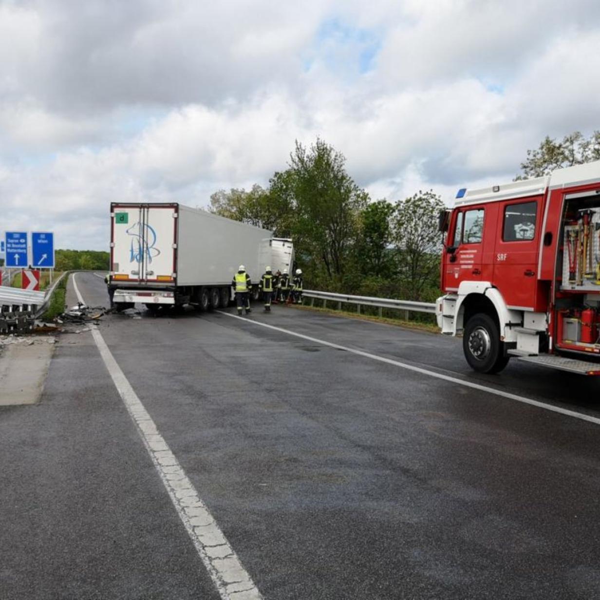 Lkw verpasste Autobahnabfahrt und krachte in Leitplanke
