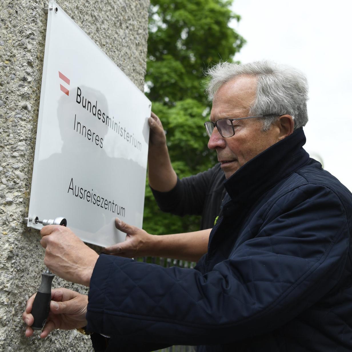 "Kickl weg: Aktivisten nahmen ""Ausreisezentrum""-Tafel in Traiskirchen ab"