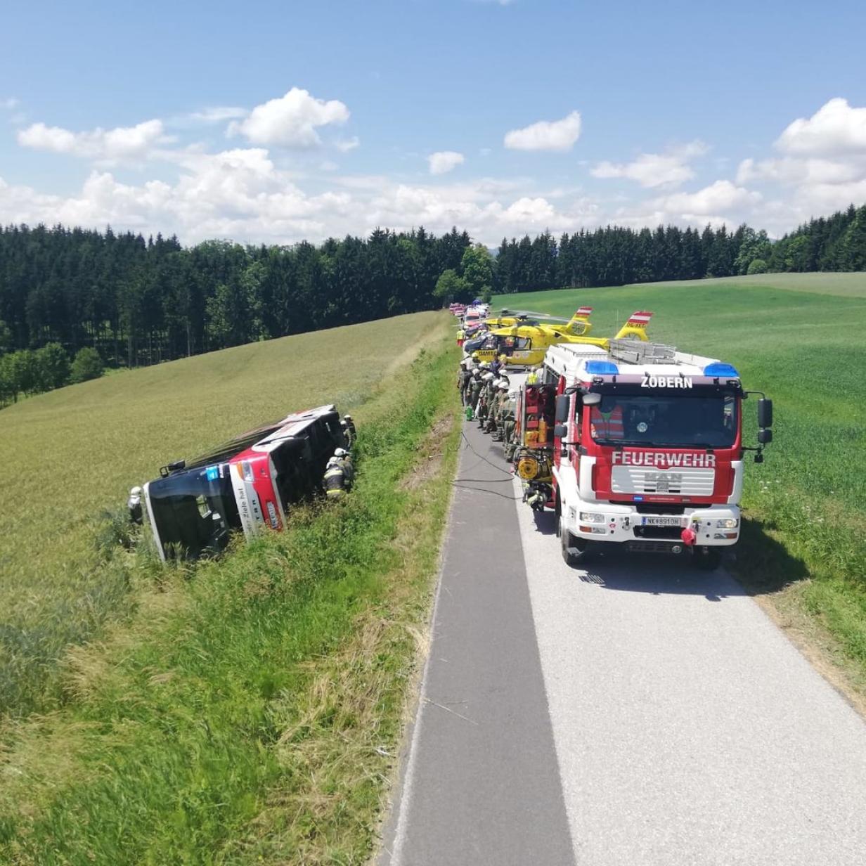 Schulbus im Bezirk Neunkirchen verunglückt