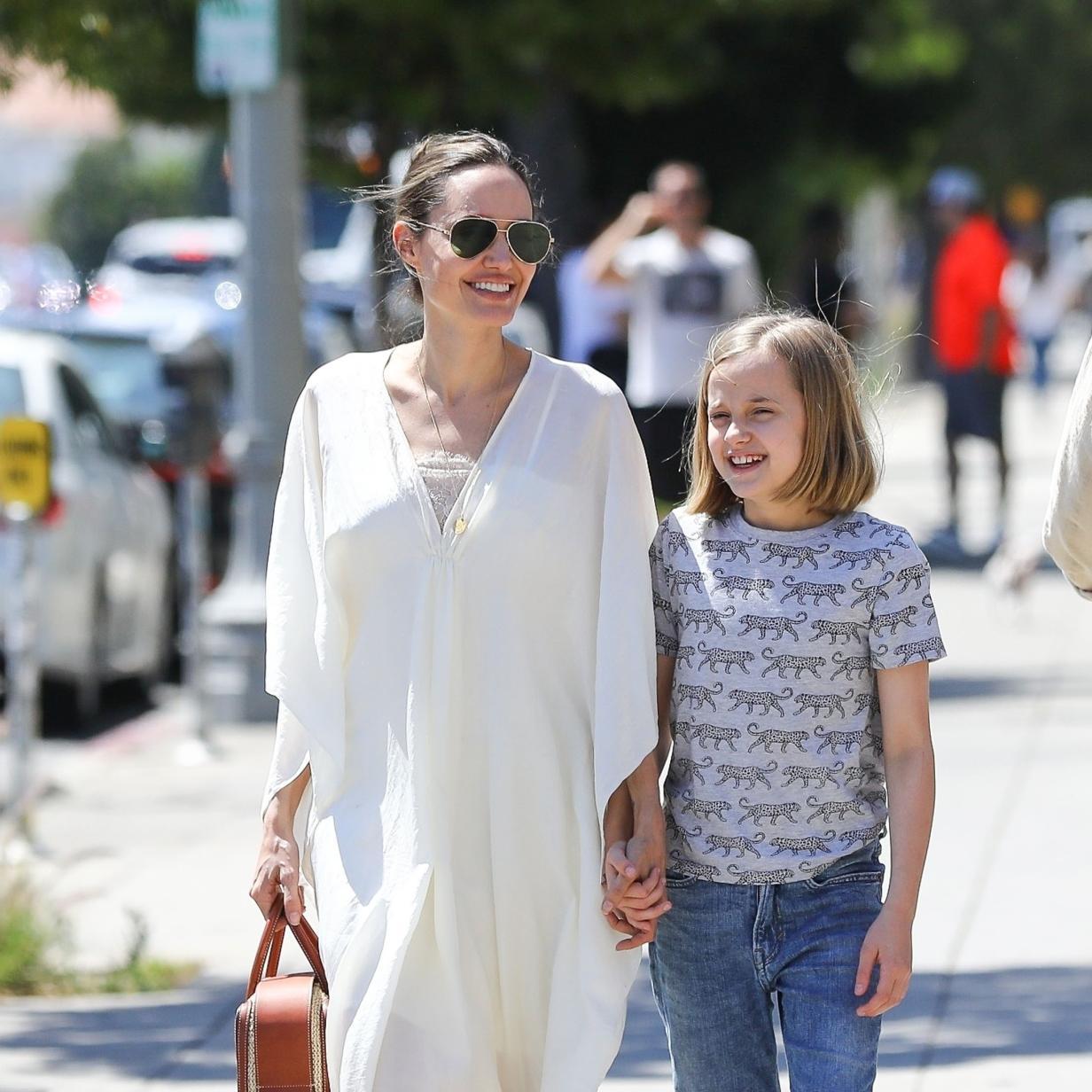 Angelina Jolie zeigt, wie ein Kaftan in der Stadt gestylt wird