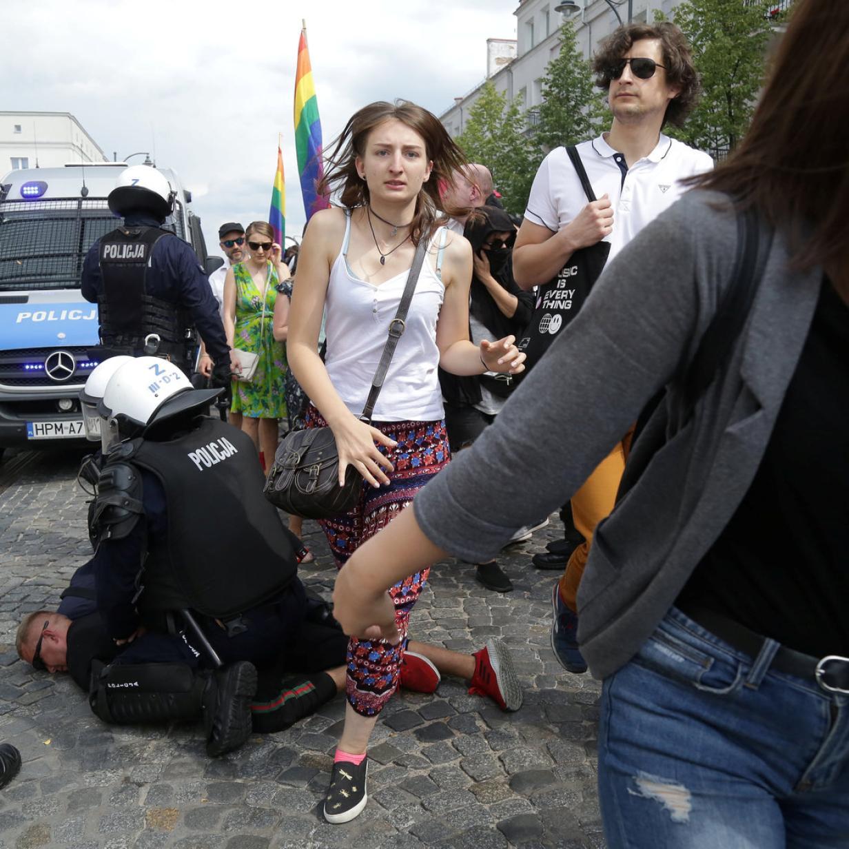 Fußball-Hooligans stürmen Parade für Homosexuelle